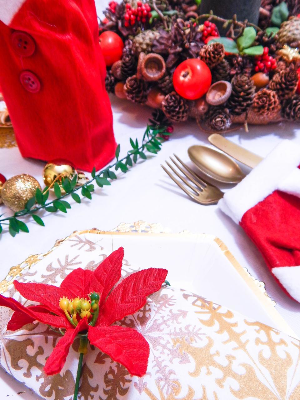 13 dekoracja świątecznego stołu jak udekorować stół na boże narodzenie dekoracja kolacja wigilijna dekoracja stroik na stół wigilijny wianek świeczka mikołajowe ubrania na butelki mikołaje na sztućce