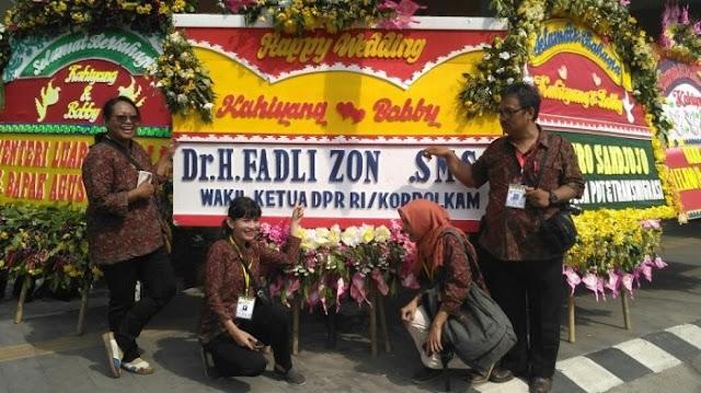 Projokowi Foto di Depan Karangan Bunga Fadli Zon