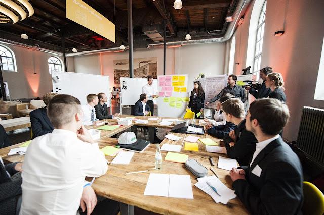 Menschen an einem Tisch bei einem Workshop