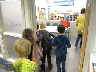 Hagaskolans bibliotek förskoleklassen på besök