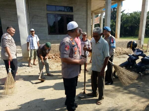 Personel Polsek Pulau Raja beserta camat dan warga mrmbersihkan masjid.