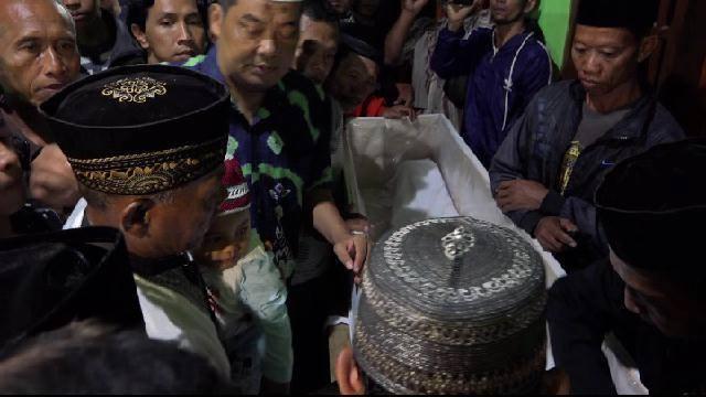 Ratusan Pelayat Mengiringi Pemakaman Jenasah Didik Setyawan