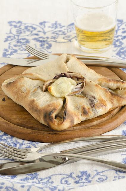 Fagotto di pizza con radicchio di Treviso e Gorgonzola  e caciocavallo