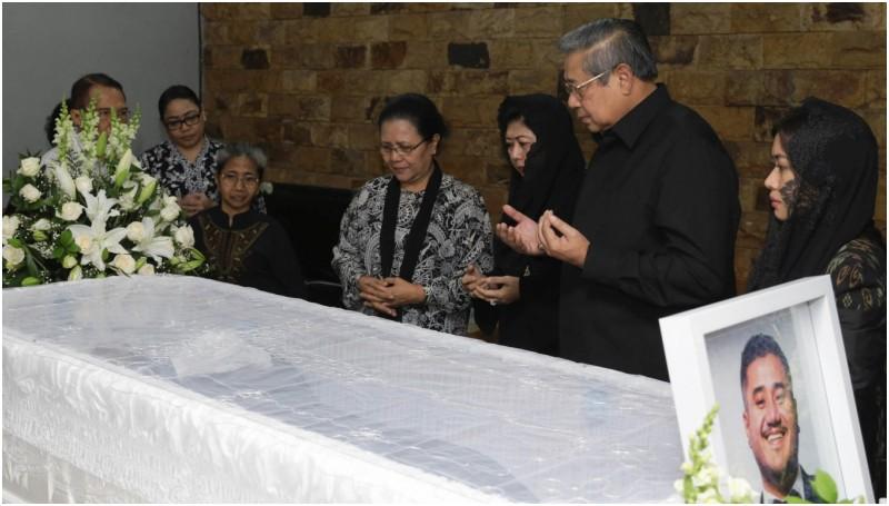 SBY memberikan ucapan belasungkawa di rumah duka Mike Mohede
