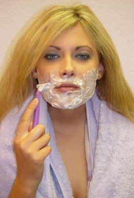 Frau rasiert sich lustig