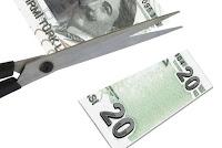 Vergi kesintisini anlatan ve makas ile kesilmiş 20 TL kağıt para