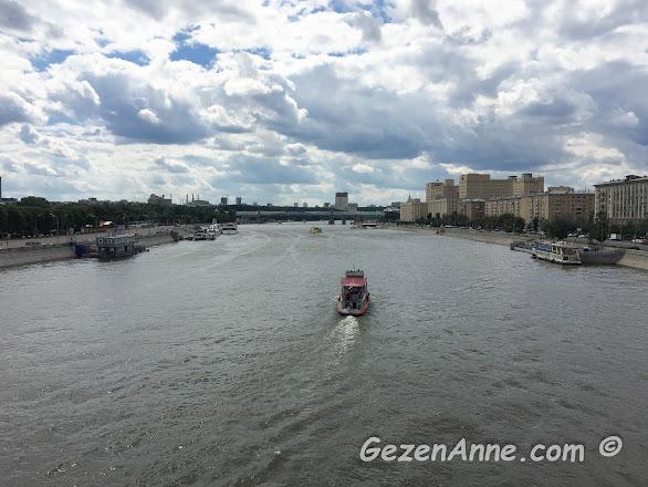 Moskova nehri, solda Gorki park ve park yanından kalkan gezi tekneleri