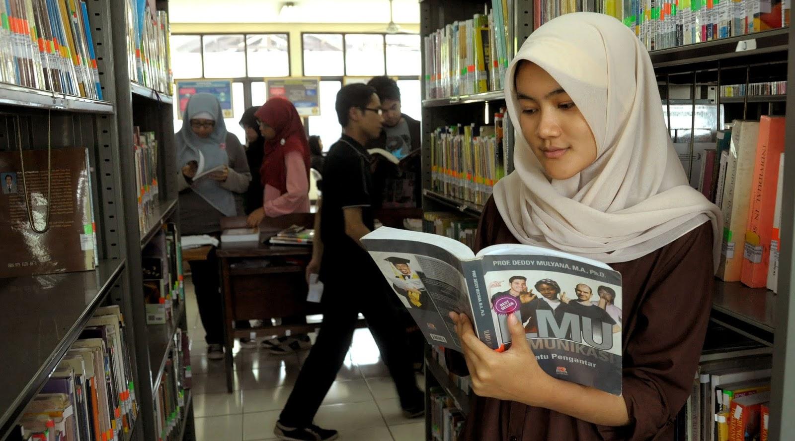 cewek cantik hijab manis dan seksi di dalam perpustakaan UGM UI ITB UNY UNHAS