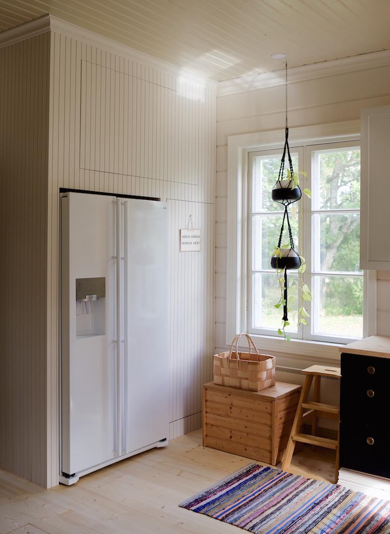 Lämminvesivaraajankaappi. Vesivahinko vanhassa talossa / hirsitalossa / vesivahinkoremontti. Sateenkaaria ja serpentiiniä.