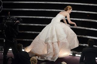 jennifer lawrence en iyi aktris oscar akademi odulunu kazandiktan sonra merdivenlerde dustu