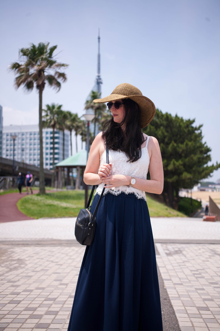 Culottes, crop top and wide brim hat
