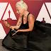 """A decadência de Lady Gaga! Cantora vence seu primeiro Oscar por parceria com Bradley Cooper em """"Shallow"""""""