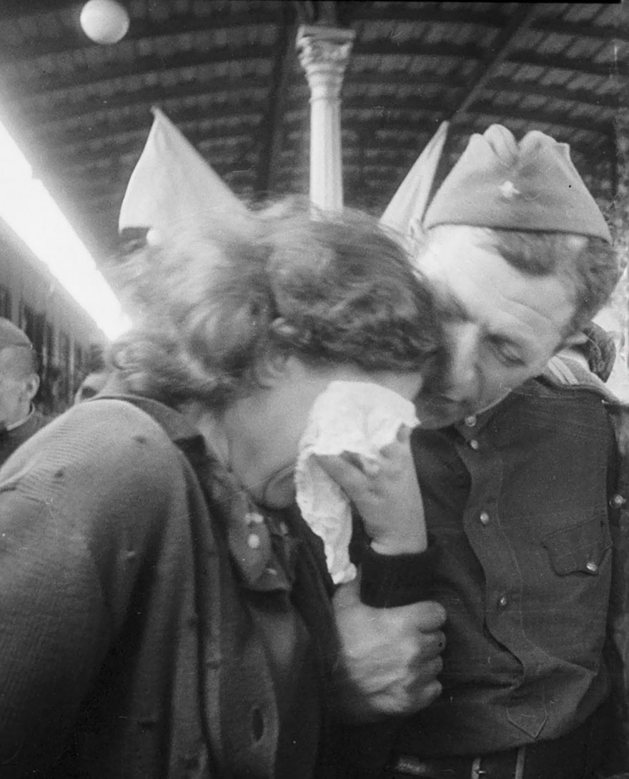 60 + 1 Heart-Warming Historical Pictures That Illustrate Love During War - A Russian Woman Cries Reunited With A Soldier Returning After The War, 1945