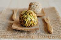 Bolitas de crema de queso rebozadas con pistachos y corazón de uva - cocinando-con-neus.