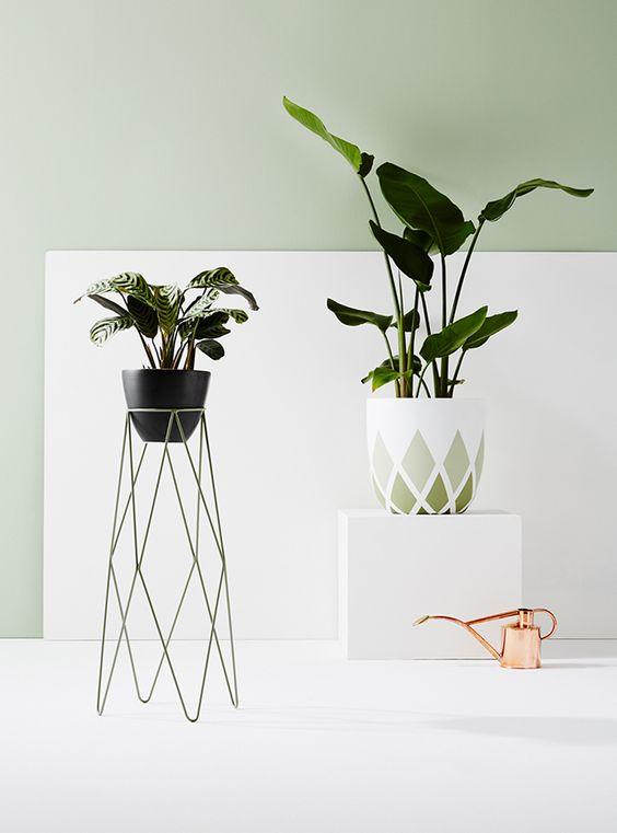 Plantas ao alto suportes cantoneiras e trip s jeito de casa blog de decora o e arquitetura - Pedestal para plantas ...