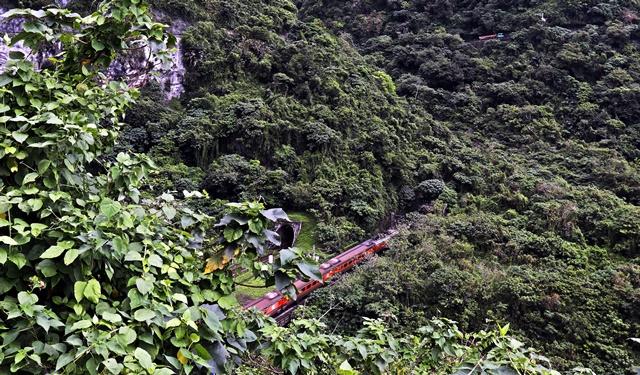 清水斷崖~斷崖中的鐵道