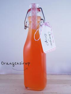 Eine Flasche hausgemachter Orangensirup