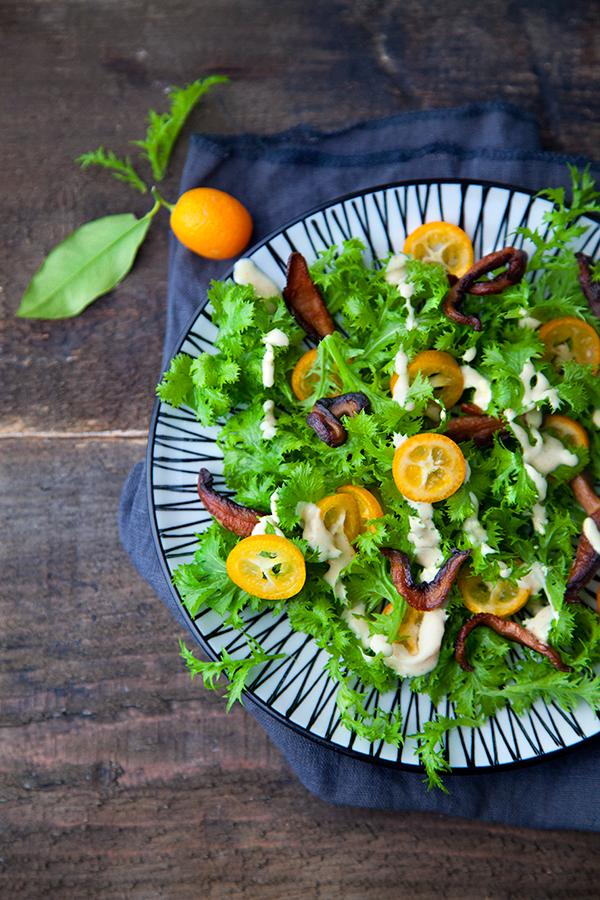 Salade de wasabina, kumquats, bacon vegan de shiitaké, sauce sésame et bergamote