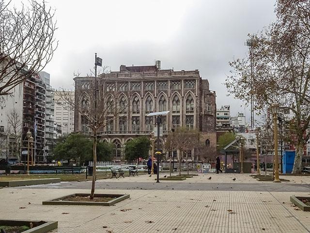 La plñaza y al fondo la Facultado de Ingenieria en Buenos Aires.