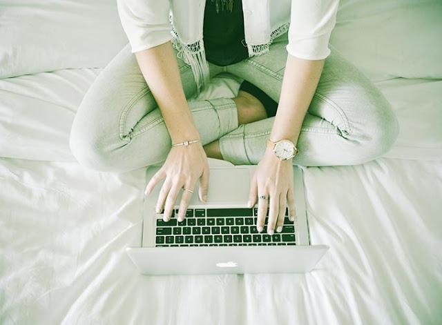 chica y su laptop
