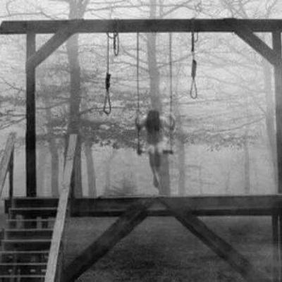 Photographie noir et blanc balancoire
