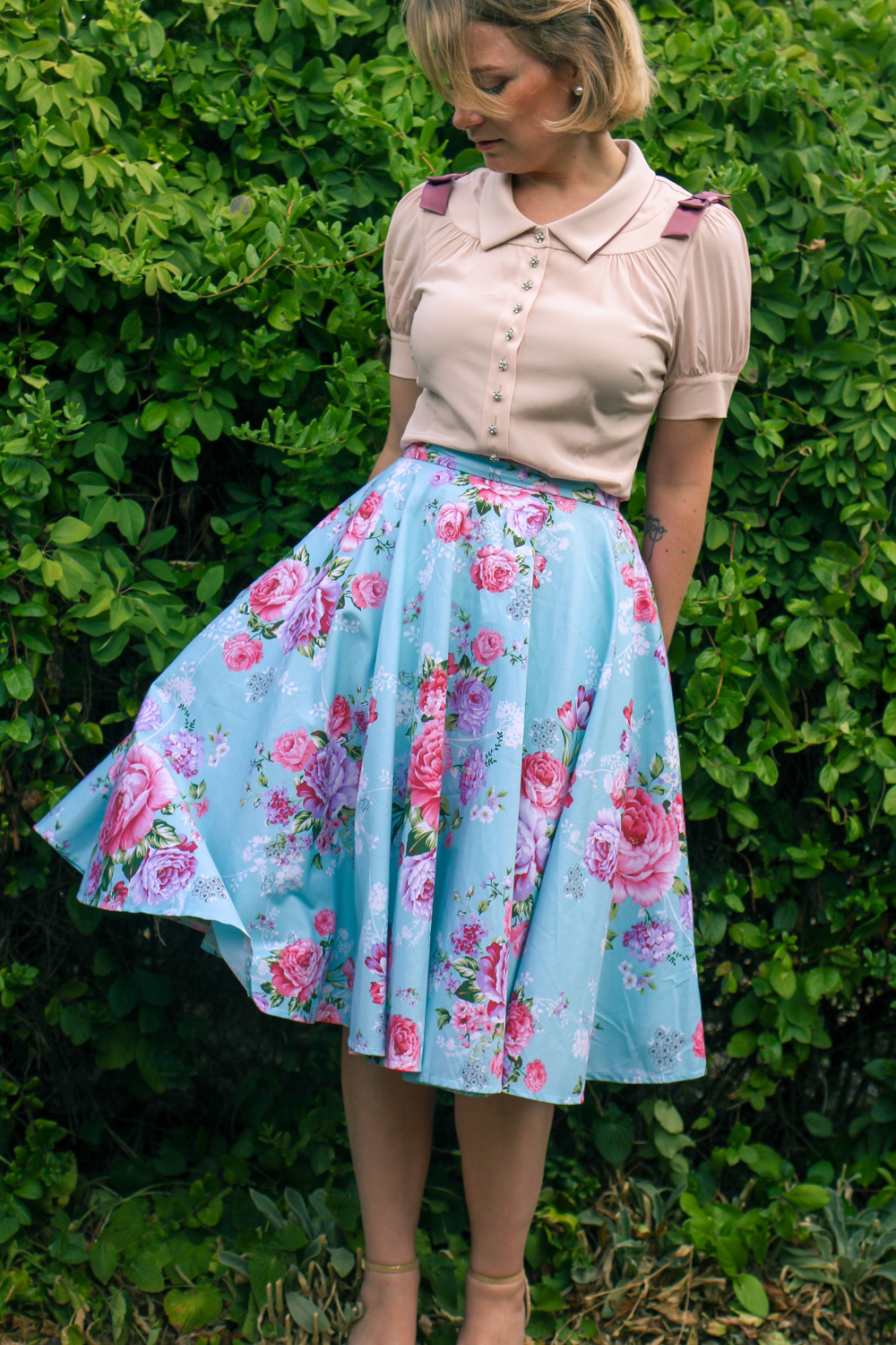 @findingfemme wears blue floral midi skirt and Alannah Hill blouse.