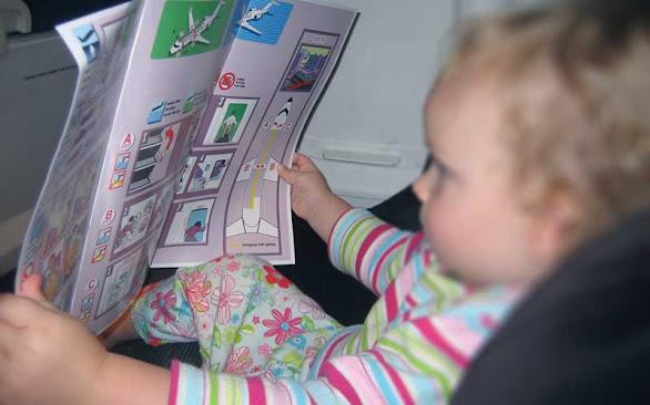 uçakların koltuk arkalarındaki kılavuz ve dergiler güzel bir çocuk eğlendirme aracı