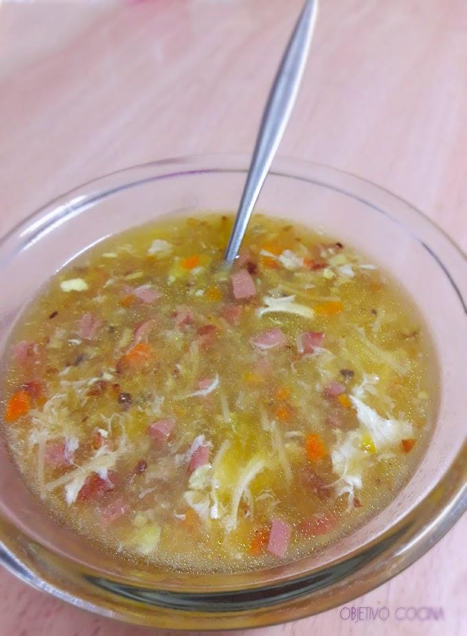 La mejor sopa de otoño. Con anacardos, cebolla, zanahoria, huevo, champiñones y salchichas.