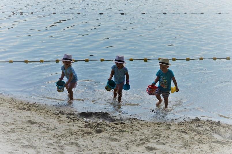 Co myślisz, widząc nagie dziecko na plaży?