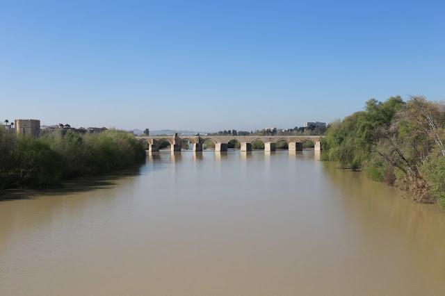 Vista del puente de Córdoba sobre el río Guadalquivir