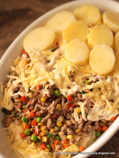 zapiekanka z ziemniakow, mieso mielone, warzywa, sos beszamelowy, beszamel, zapiekanka warstwowa, obiad dla calej rodziny,