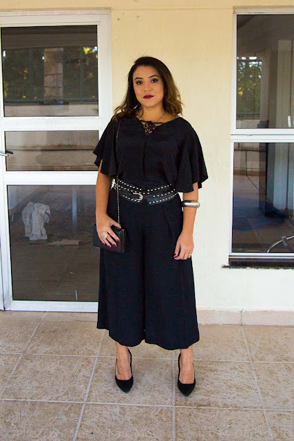 Look All black com calça pantacourt