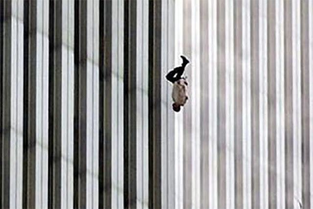 foto orang orang yang terjun bebas dari atas gedung wtc saat terror 911