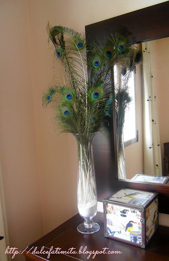 Jarrón con plumas de pavo real