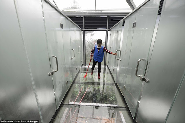 Hasil gambar untuk toilet transparan yang ada di tiongkok
