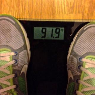 De pie sobre la báscula veo que estoy en limites máximos de sobrepeso. 91,9kg son unos cuantos kilos de más