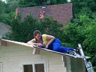 hausbau ak ds das gartenhaus bekommt seine dachpappe. Black Bedroom Furniture Sets. Home Design Ideas