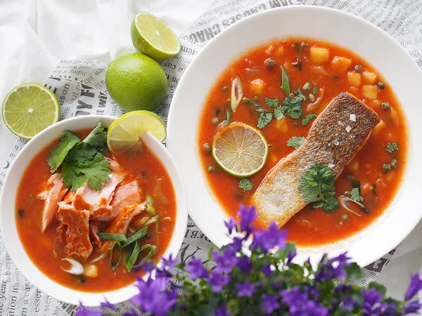 Kansallisen kalakeittiopäivän kahden lohen tomaattinen kalakeitto
