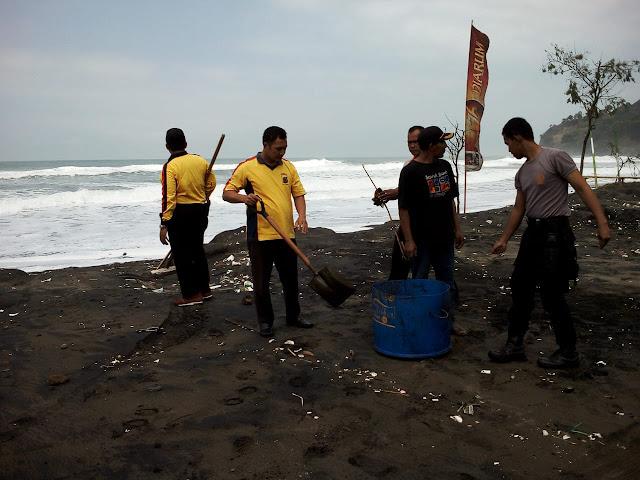 Pasca Gelombang Pasang, Polres Kebumen Punguti Sampah di Pantai Suwuk