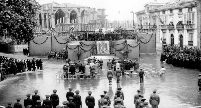 Funeral de Primo de Rivera en 1938, junto a la catedral nueva de Vitoria ARCHIVO DEL TERRITORIO HISTÓRICO DE ÁLAVA