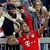 Com selfie de Douglas Costa, Bayern resolve no 1º tempo e volta a vencer no Alemão