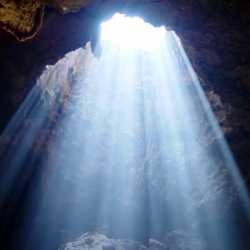 Raio de luz iluminando uma caverna escura. #PraCegoVer