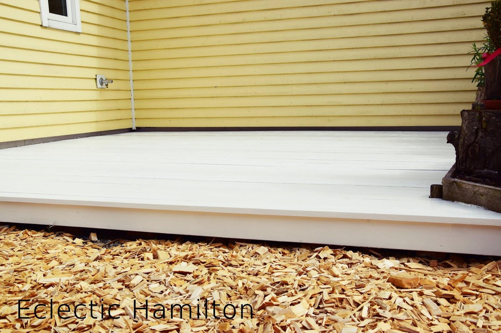 DIY Terrasse aus Paletten gebaut und weiss gestrichen
