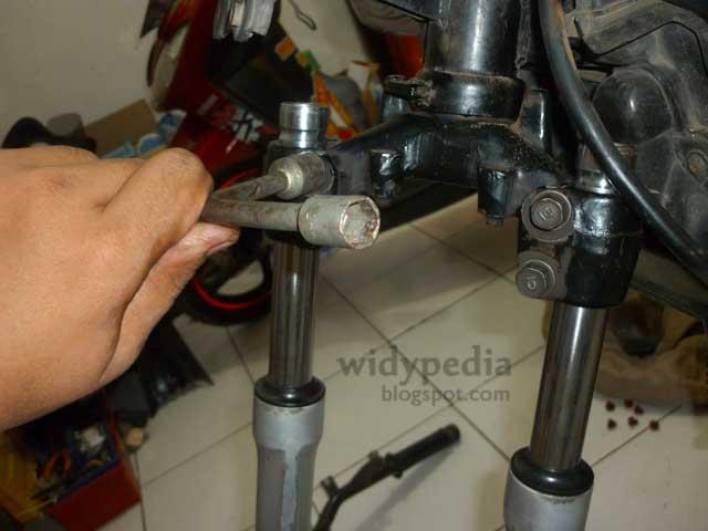Memperbaiki Shockbreaker Depan Motor Supra X 100 Cc