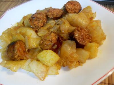 Col rehogada con patatas y chorizo frito