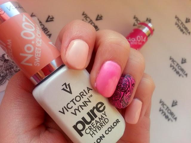 rozowe paznokcie i koronka