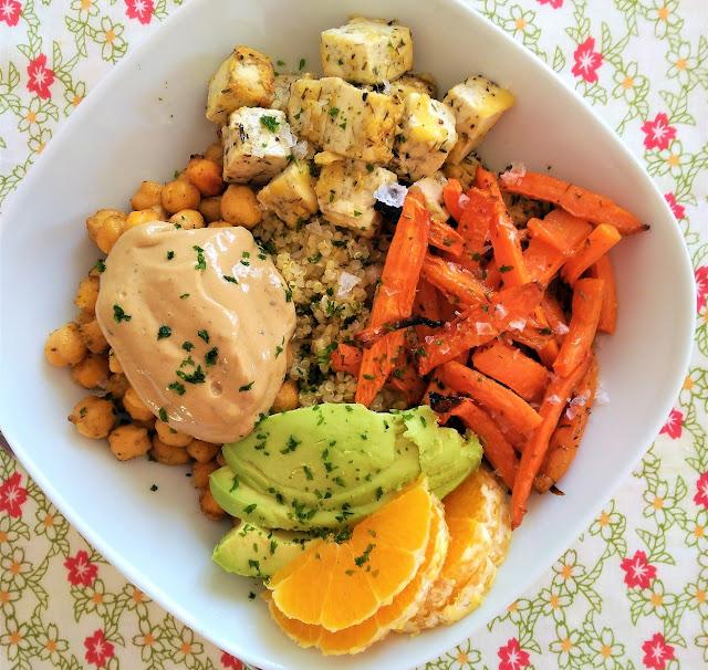 Buddha Bowl de quinoa, zanahorias, garbanzos y tofu, salsa de mostaza y tahini