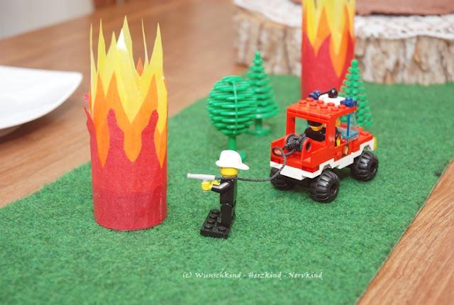 Der LEGO Feuerwehrgeburtstag war ein voller Erfolg! Mit Stockbrot am offenen Feuer, einem brennenden Haus,  das gelöscht werden musste, einer SOS-Kit-Mitgebsel-Tüte für Feuerwehr-Jungs und Mädchen und einer Flamme die an der Werbank entstand, waren alle Kinder den ganzen Tag beschäftigt und zufrieden.
