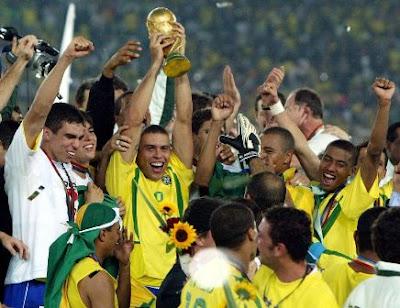 Ronaldo mengangkat trofi Piala Dunia 2002