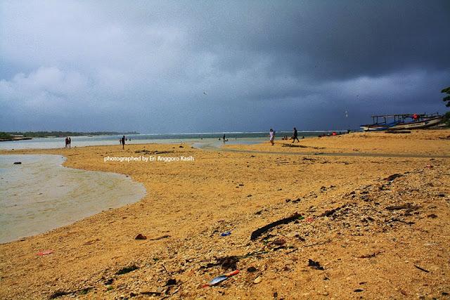 Pantai Cibuaya, berpasir putih, lebih indah dibanding Pantai Ujunggenteng